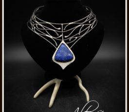 """Collier inox """"Aux Confins des Mondes: cité de Solitude"""" Lapis Lazuli"""